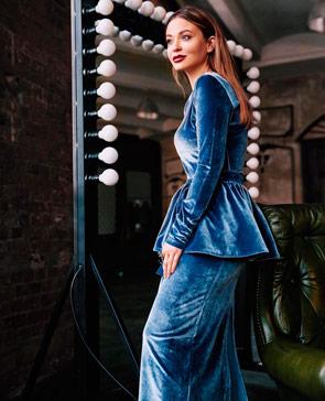 Интересное платье из синего бархата в пол